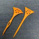 本つげ 一本脚 扇型 梅鉢紋の簪とバチ型 梅鉢紋の簪